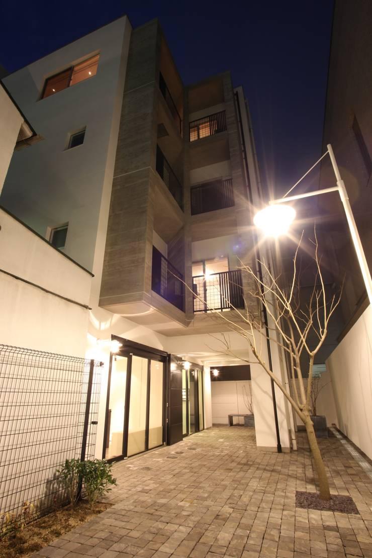 モダンな外観: TERAJIMA ARCHITECTSが手掛けた家です。