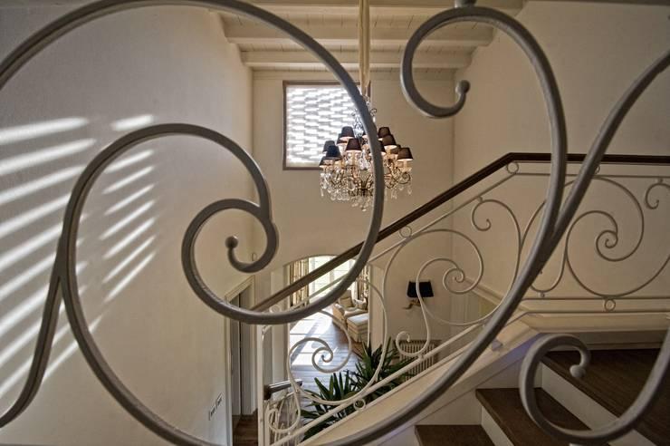 Pasillos y vestíbulos de estilo  por archbcstudio