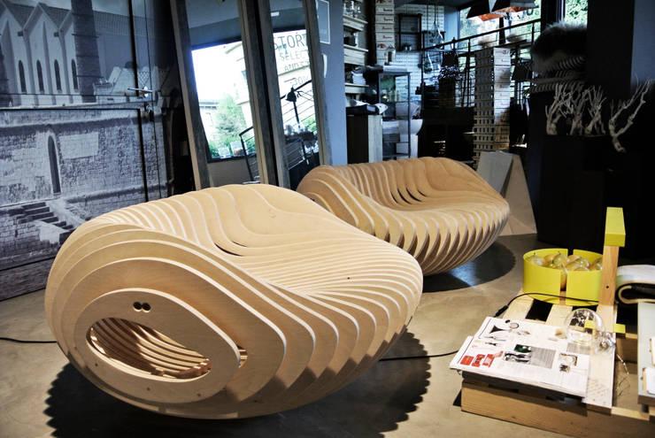 ILLUSIONE: Soggiorno in stile  di Mambro Design Studio di Filippo Mambretti