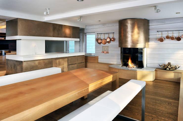 Landhaus:  Küche von  baustudio kastl,Landhaus