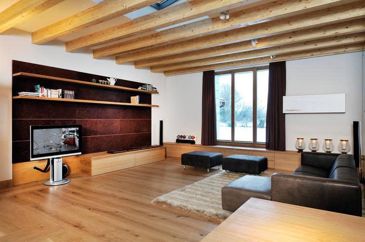 Landhaus:  Wohnzimmer von  baustudio kastl,Landhaus