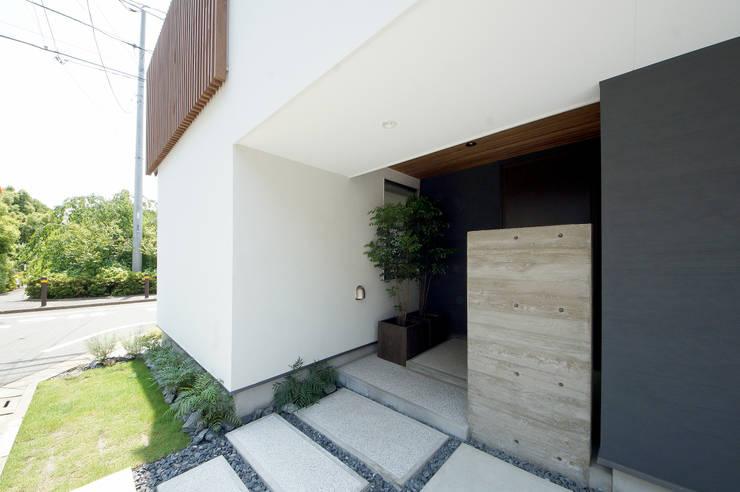 来客を迎えるアプローチ: TERAJIMA ARCHITECTSが手掛けた家です。,