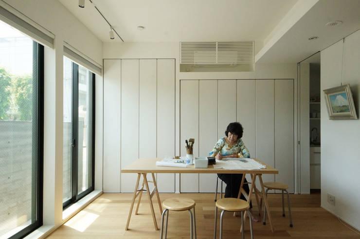 明るいアトリエ: TERAJIMA ARCHITECTSが手掛けた書斎です。,