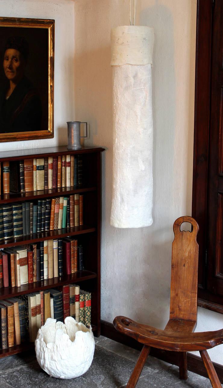 Uovo Table and Floor Lamp in felt: Casa in stile  di Judith Byberg