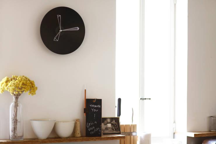 P Clock:  Living room by Studio Ve