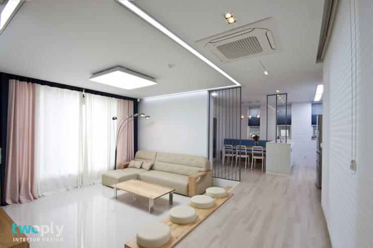 가족을 위한 단독주택: 디자인투플라이의  거실,모던