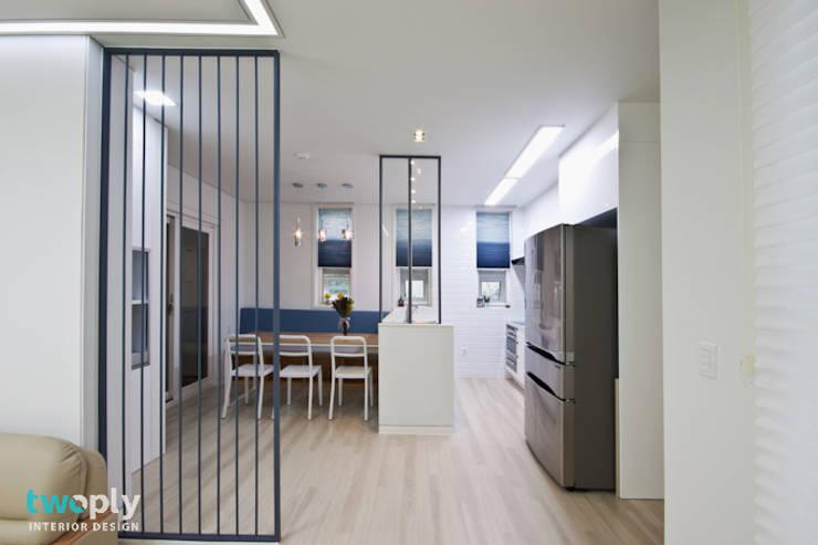 가족을 위한 단독주택: 디자인투플라이의  다이닝 룸