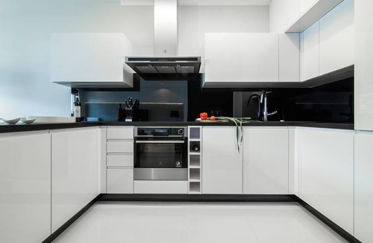 nowoczesne mieszkanie w Warszawie : styl , w kategorii Kuchnia zaprojektowany przez Art of home