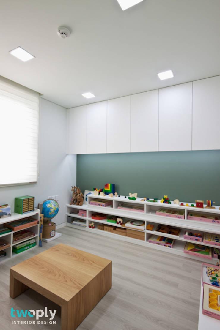 가족을 위한 단독주택: 디자인투플라이의  아이방,모던