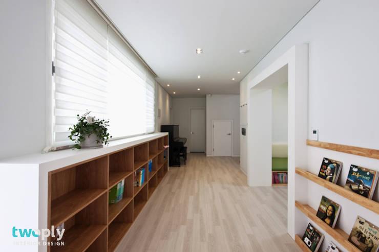 가족을 위한 단독주택: 디자인투플라이의  복도 & 현관