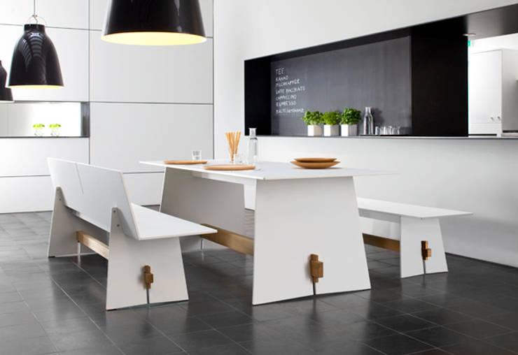 TENSION Tisch & Bank: minimalistischer Garten von conmoto