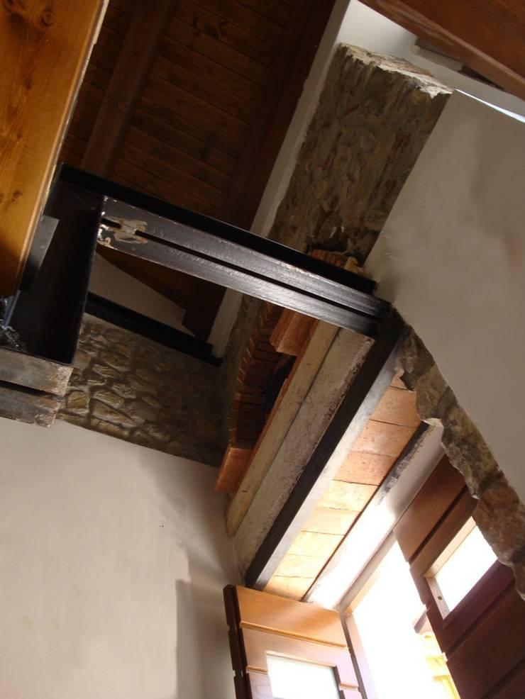 casa B: Case in stile  di ellenia+tre architettura e ingegneria