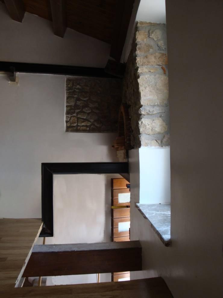 casa B:  in stile  di ellenia+tre architettura e ingegneria