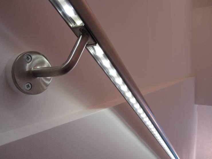 Handlauf mit LED:  Flur, Diele & Treppenhaus von Siller Treppen/Stairs/Scale,