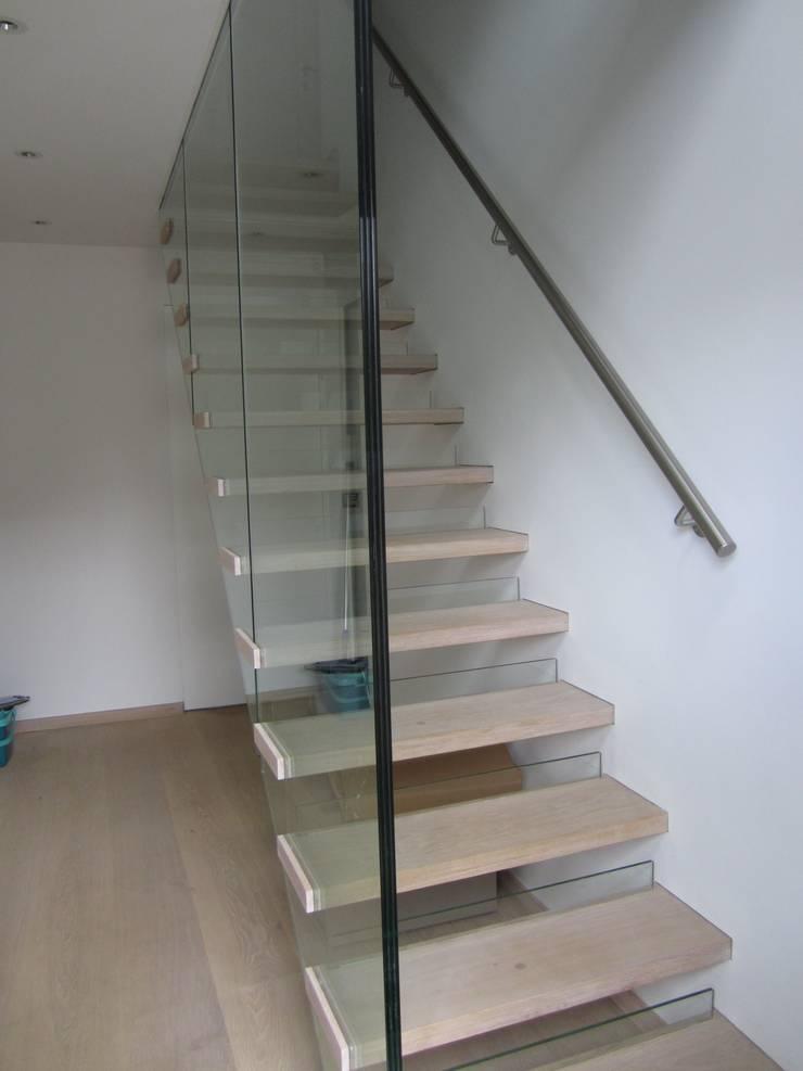 Designtreppe:  Flur, Diele & Treppenhaus von Siller Treppen/Stairs/Scale,
