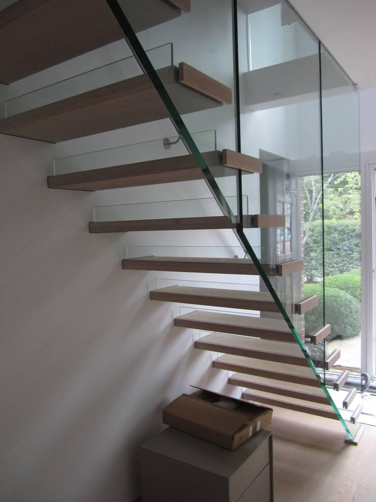 Schwebende Treppe:  Flur, Diele & Treppenhaus von Siller Treppen/Stairs/Scale,