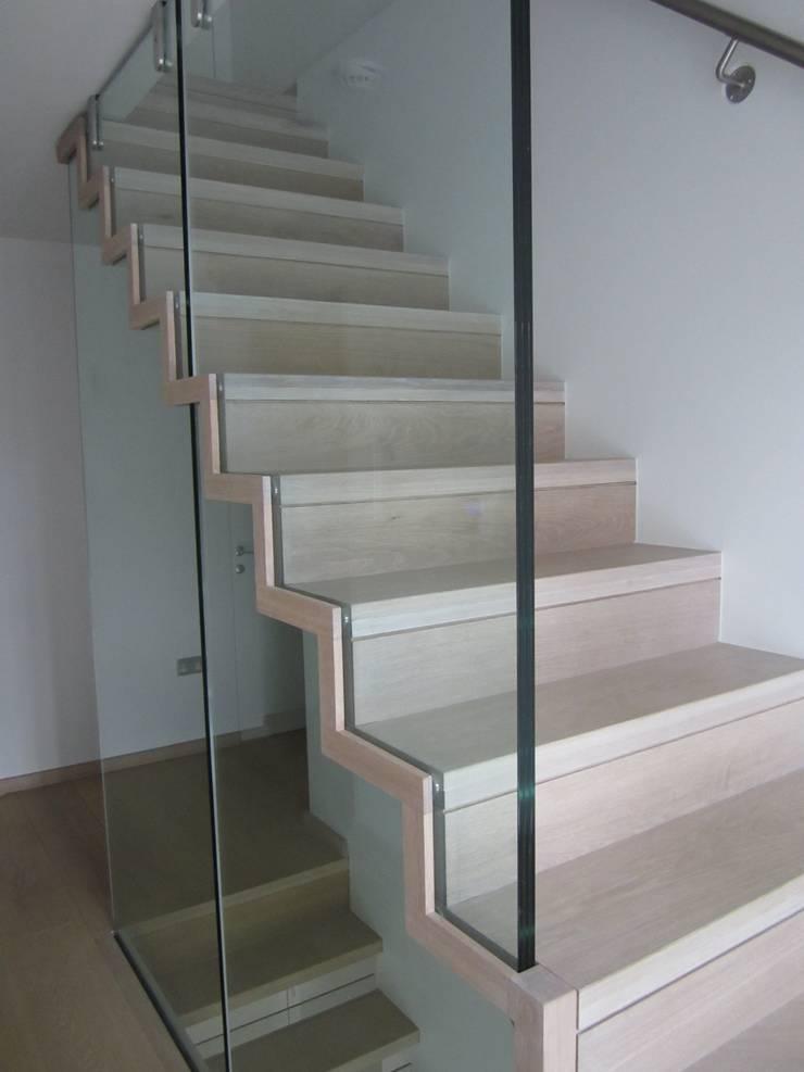 Falterktreppe mit Glasgeländer:  Flur, Diele & Treppenhaus von Siller Treppen/Stairs/Scale,