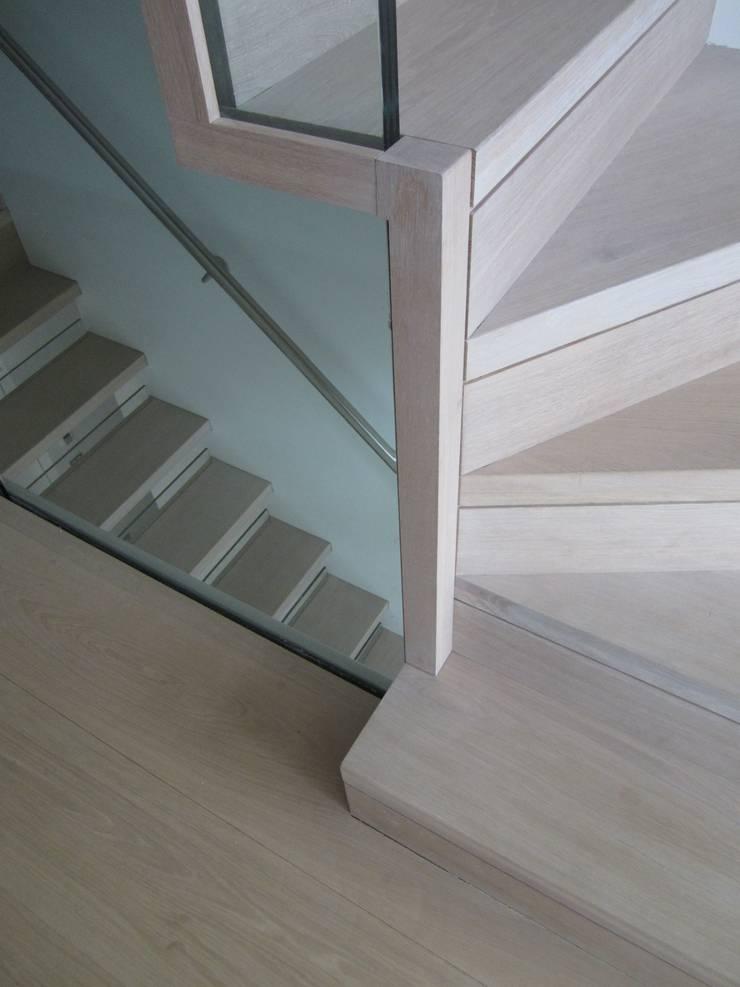 Detail am Antritt, Blende:  Flur, Diele & Treppenhaus von Siller Treppen/Stairs/Scale,