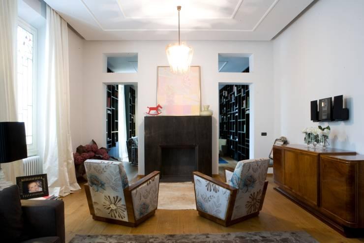 una casa deco': Soggiorno in stile  di archbcstudio