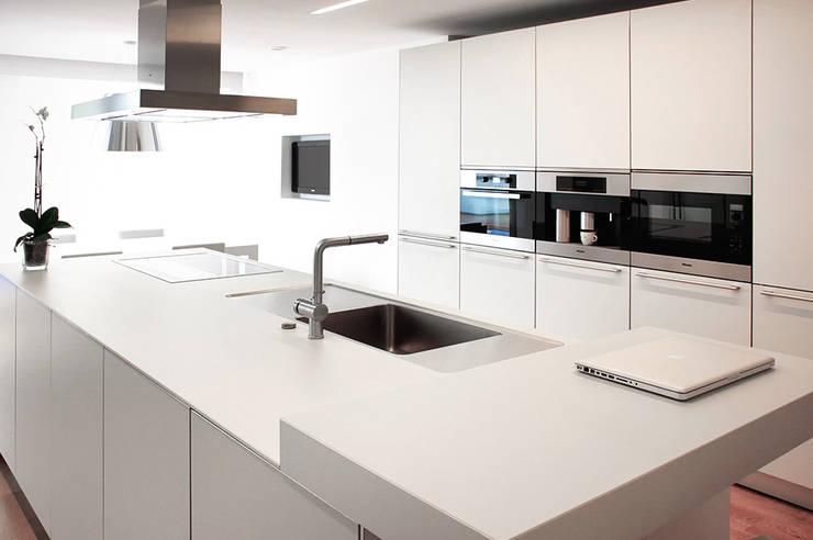 Vista de la isla de la cocina y la armariada. La Pobla. Chiralt Arquitectos. : Cocina de estilo  de Chiralt Arquitectos