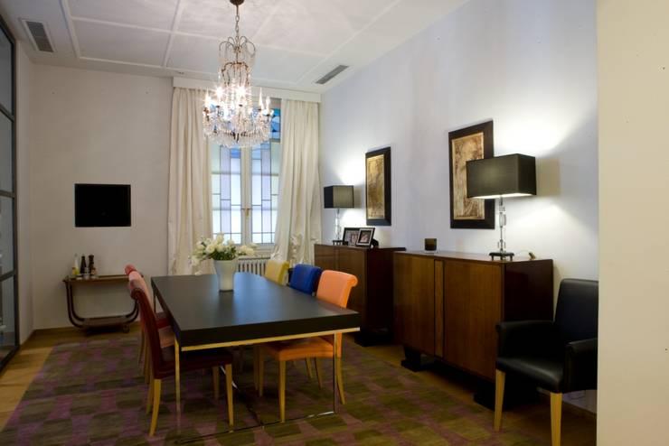 una casa deco': Sala da pranzo in stile  di archbcstudio