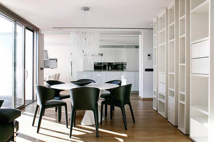Salón comedor con vistas a la cocina. La Pobla. Chiralt Arquitectos. : Dormitorios de estilo moderno de Chiralt Arquitectos
