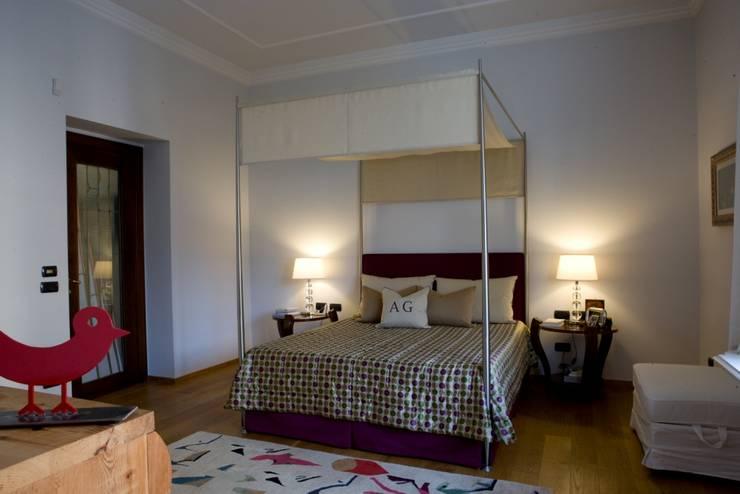 una casa deco': Camera da letto in stile  di archbcstudio