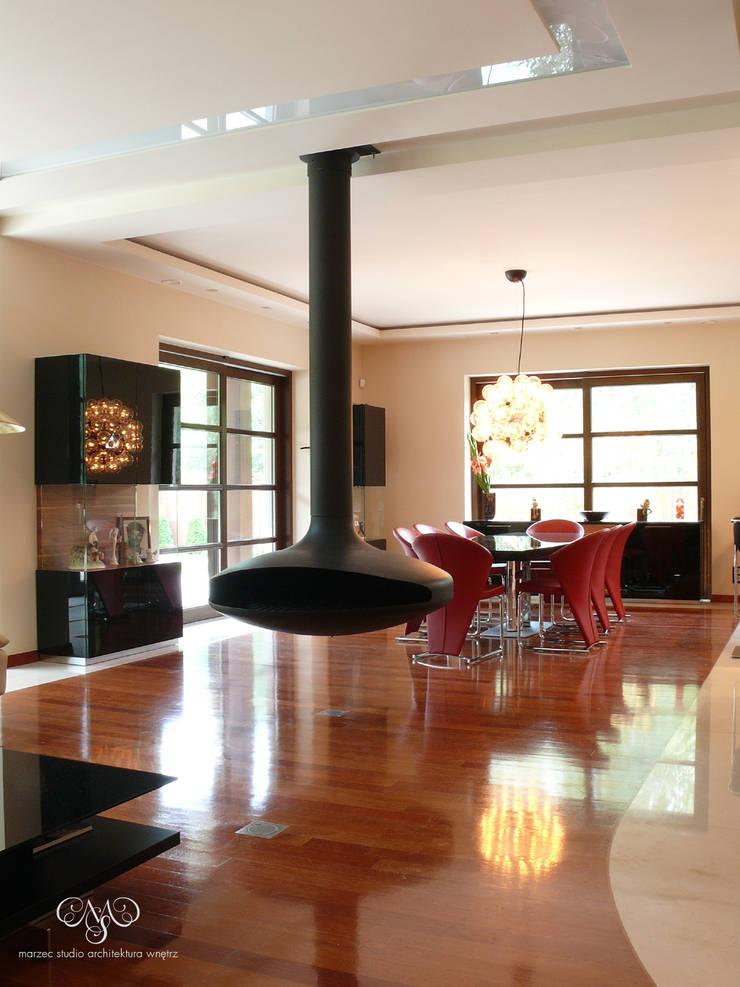 Rezydencja pod Łodzią: styl , w kategorii Salon zaprojektowany przez Marzec Studio