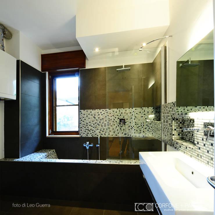 CASA I7: Bagno in stile  di CORFONE + PARTNERS studios for urban architecture