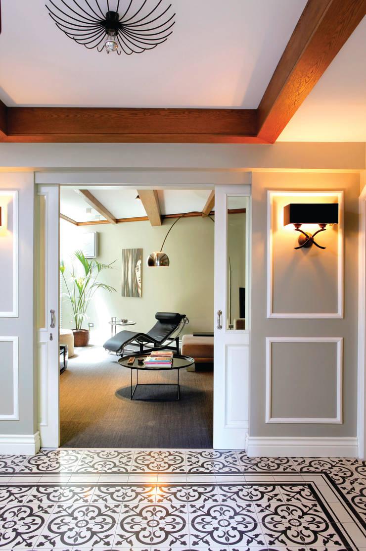 ESK HOUSE:  Living room by Esra Kazmirci Mimarlik