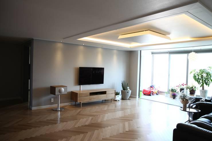 모던함과 따뜻함이 공존하는 아파트: 1204디자인의  거실