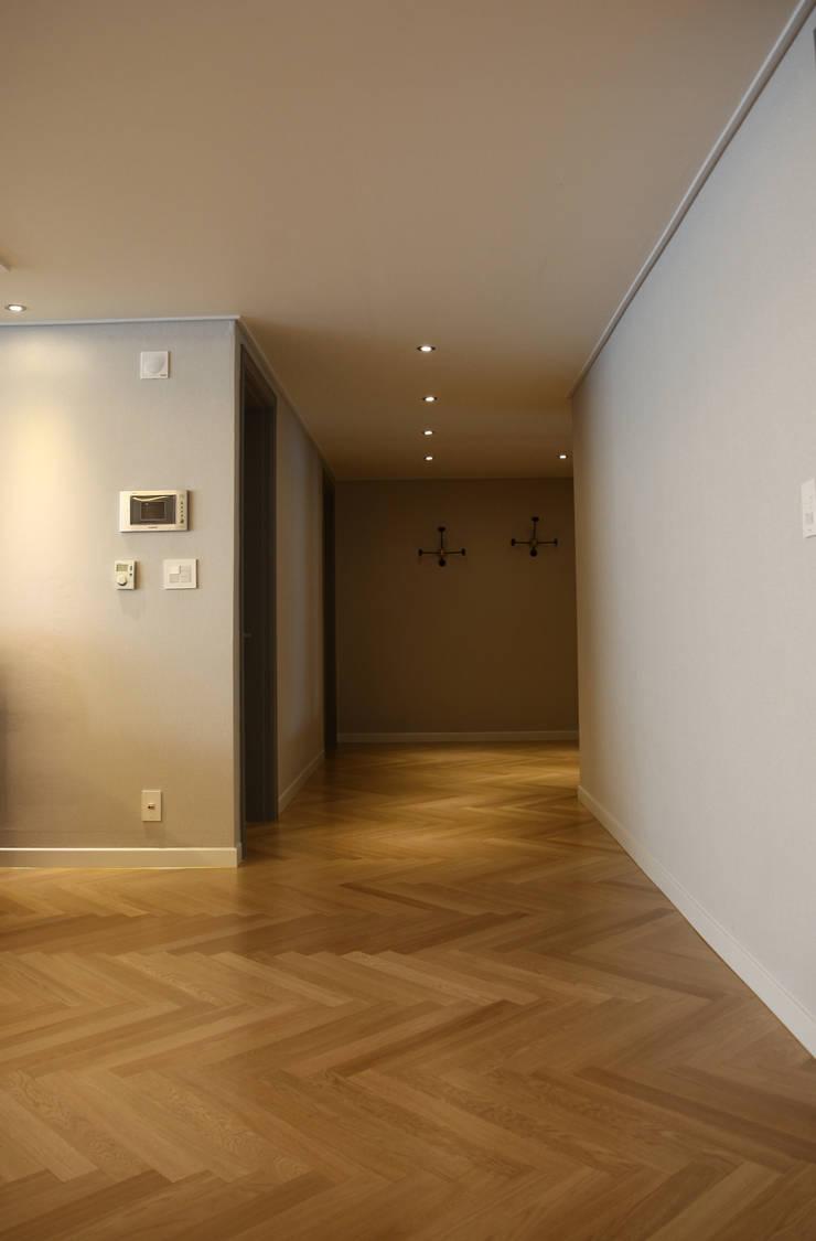 거실에서 바라본 출입구 복도 (After): 1204디자인의 현대 ,모던