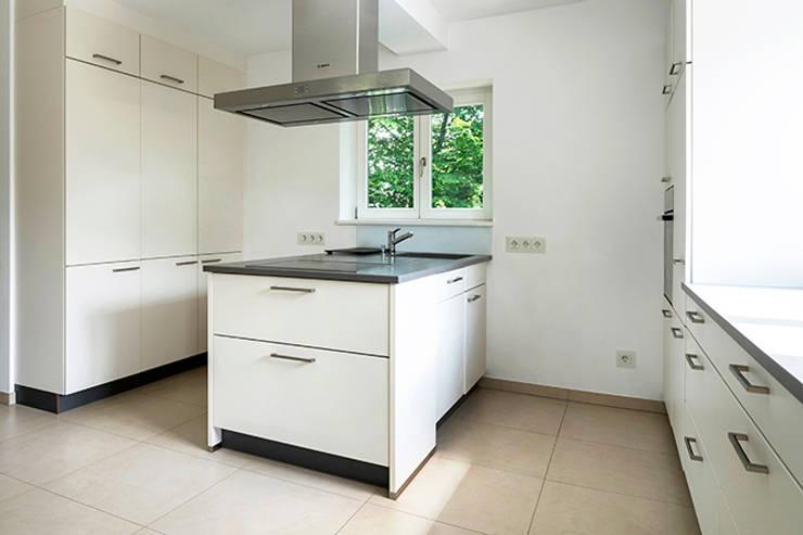 EFH mit Anliegerwohnung Wiesbaden: Küche EG:   von WIDENKA Design Ingenieure