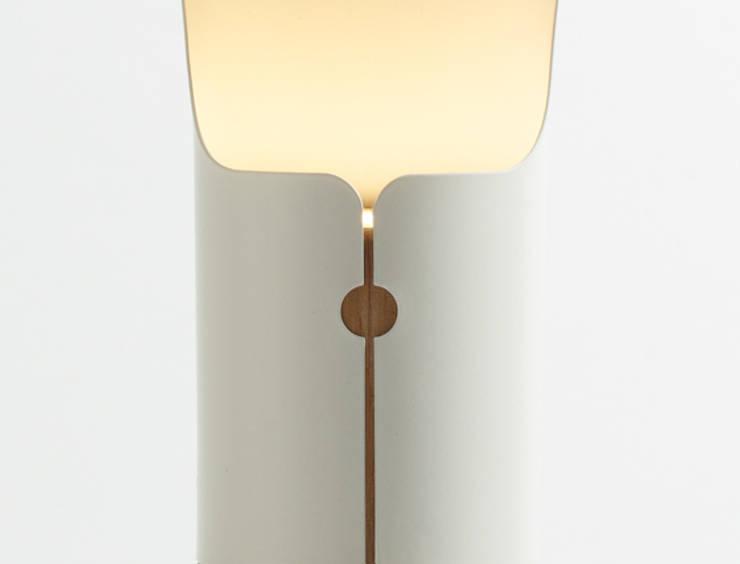 Lampe à poser Collar - Détail Lampe: Salon de style de style Scandinave par Homology