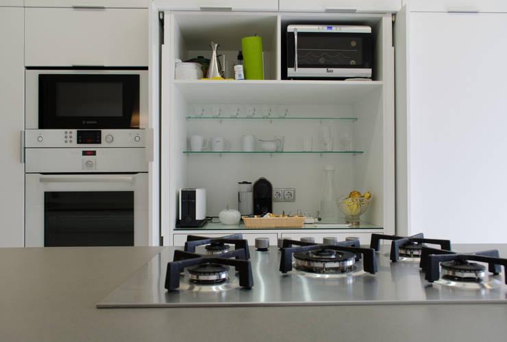 Cocina con isla: Cocinas de estilo  de Trestrastos