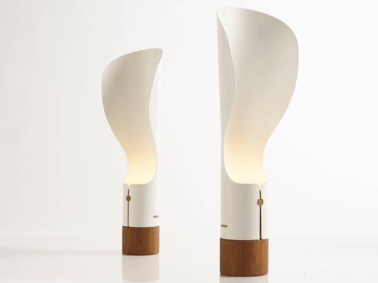 Lampe à poser Collar: Salon de style de style Scandinave par Homology