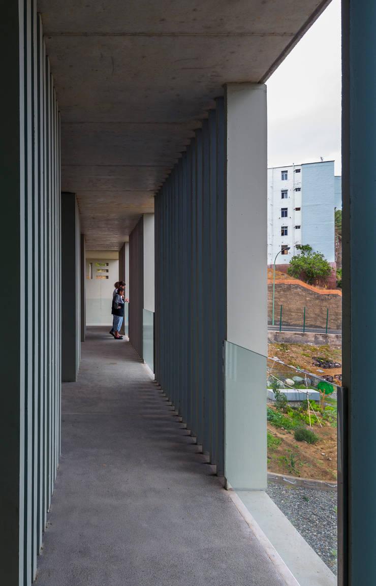 CENTRO DOTACIONAL EL LASSO: Pasillos y vestíbulos de estilo  de ROMERA Y RUIZ ARQUITECTOS