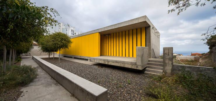 Corredores e halls de entrada  por ROMERA Y RUIZ ARQUITECTOS