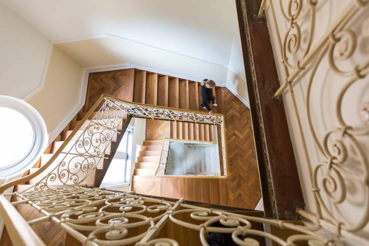 Villa Viktoria Treppenhaus:  Flur & Diele von Wohnwert Innenarchitektur