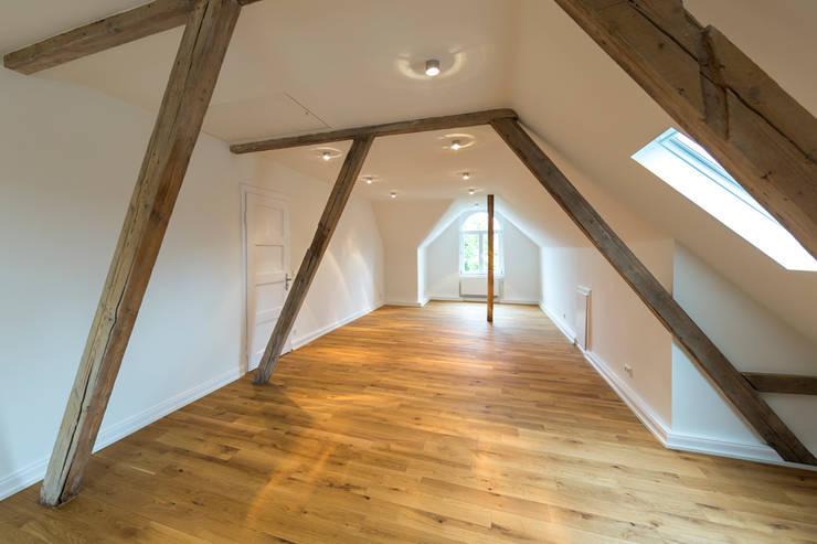 Das Dachgeschoss nach der Sanierung: moderne Esszimmer von Wohnwert Innenarchitektur