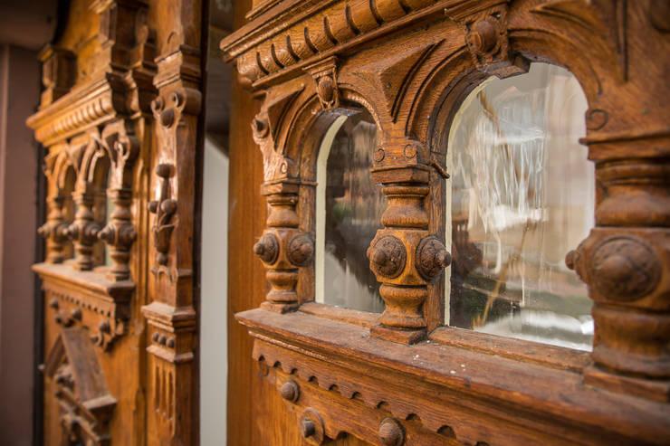 Detail Eingangsportal: klassische Fenster & Tür von Wohnwert Innenarchitektur
