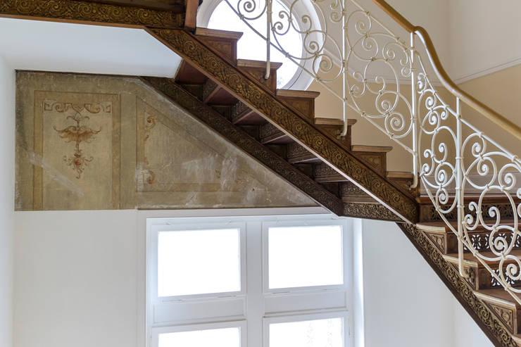 Treppenhaus mit historischer Malerei von Wohnwert Innenarchitektur Klassisch