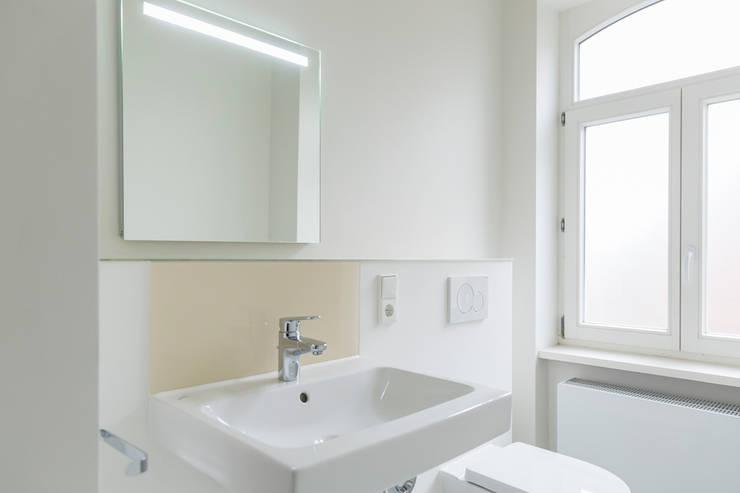 Bad ohne Fliesen _ Klare Linien ohne Fugenraster: moderne Badezimmer von Wohnwert Innenarchitektur