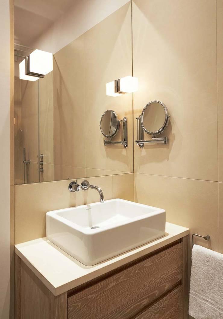 Ванные комнаты в . Автор – Residence Interior Design Ltd, Скандинавский