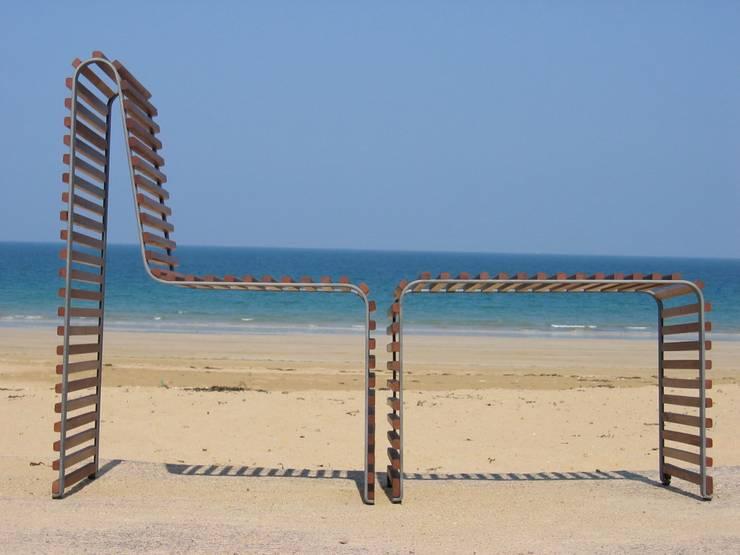 Chaise et banc Waves: Jardin de style  par Nicolas Douard