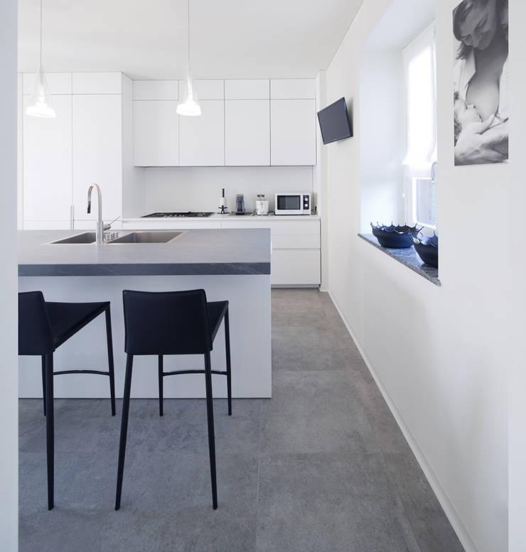 White Balance:  in stile  di AMC|Architects