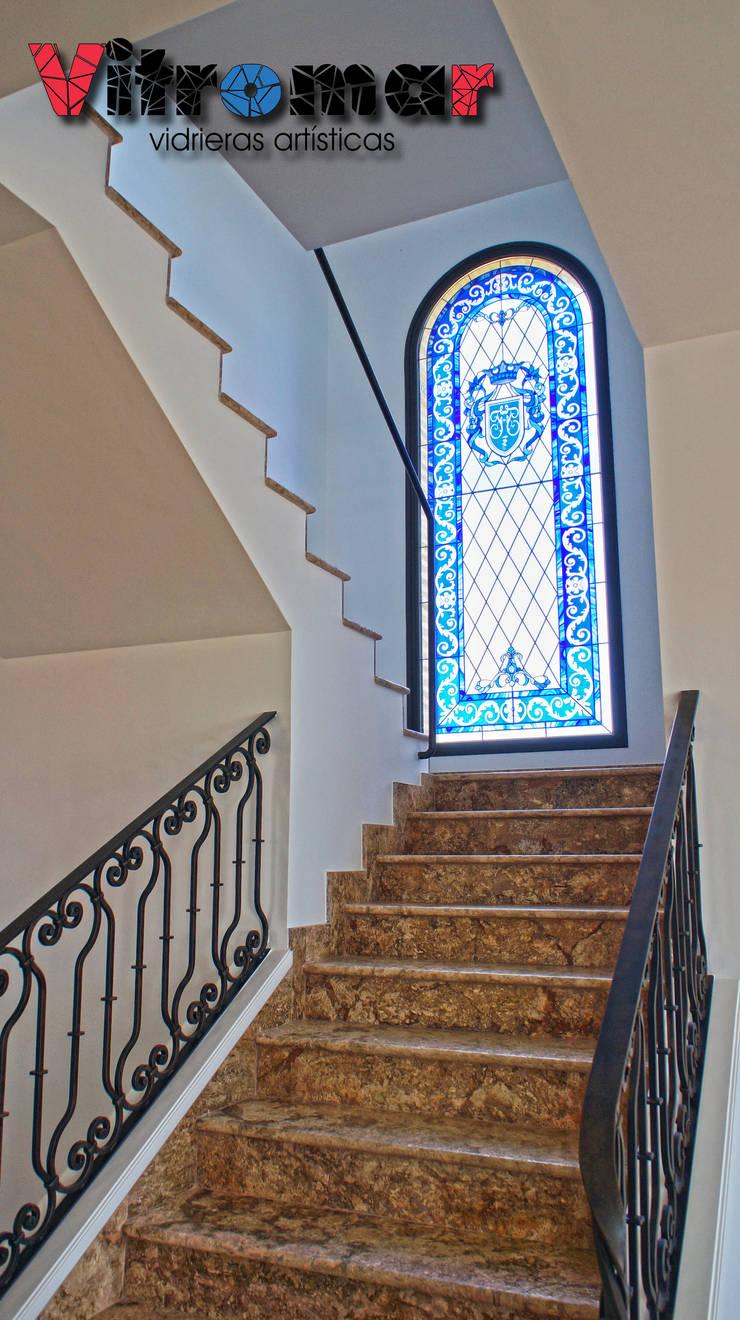 Vista de ventana principal: Puertas y ventanas de estilo  de Vitromar Vidrieras Artísticas