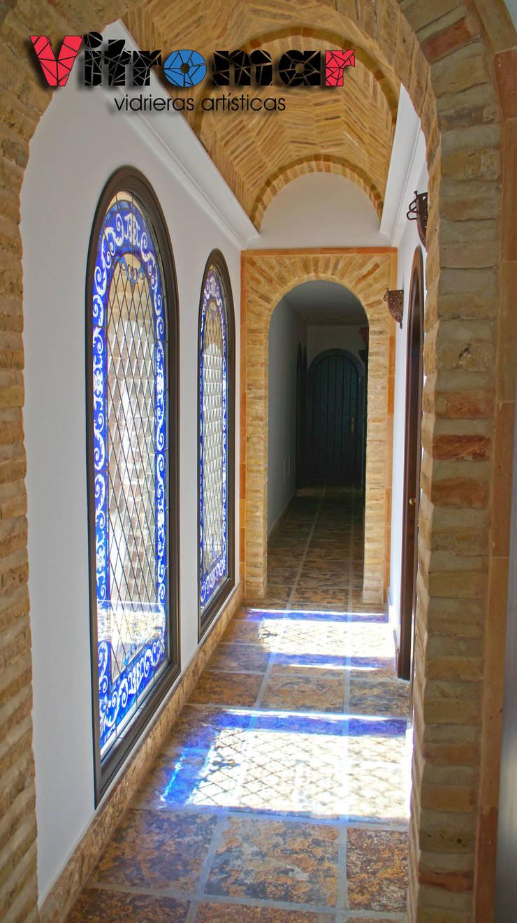 Vidrieras gemelas azules pasillo 2: Puertas y ventanas de estilo  de Vitromar Vidrieras Artísticas