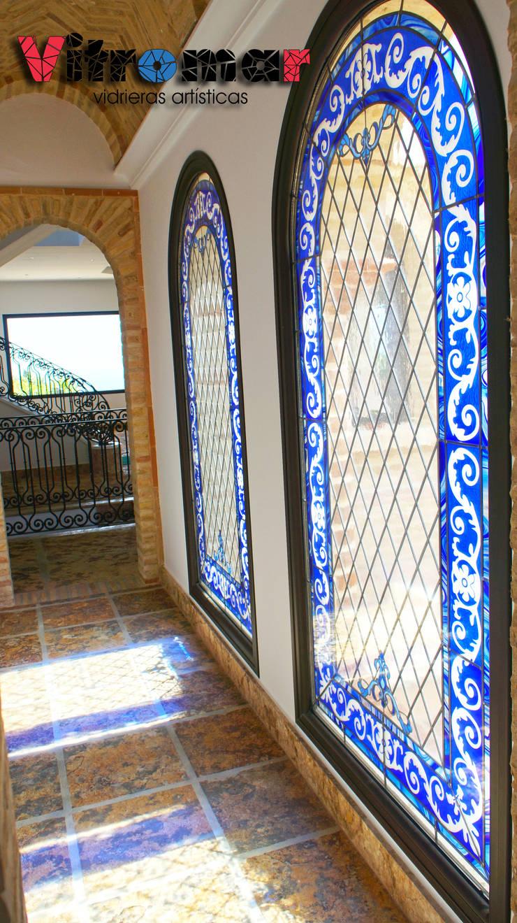 Vidrieras gemelas azules pasillo: Puertas y ventanas de estilo  de Vitromar Vidrieras Artísticas