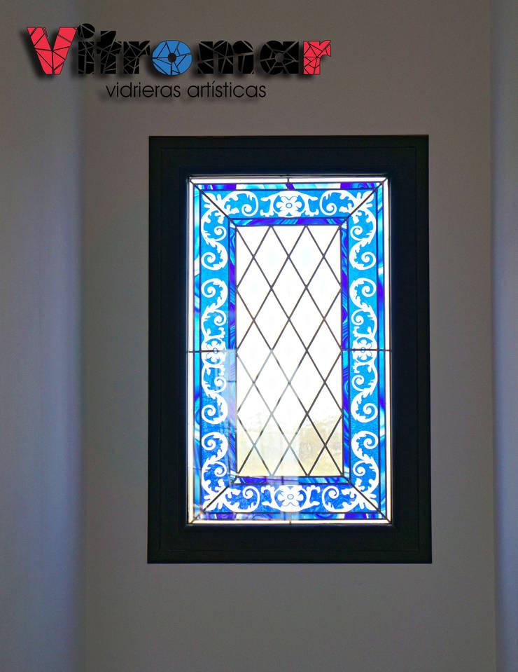 Ventana pequeña escalera: Puertas y ventanas de estilo  de Vitromar Vidrieras Artísticas